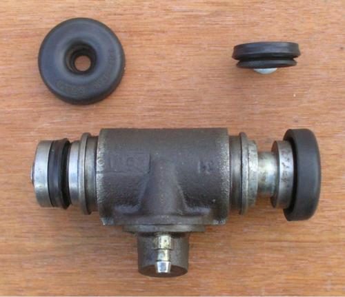 19) Front drum brake wheel cylinder with lip seal